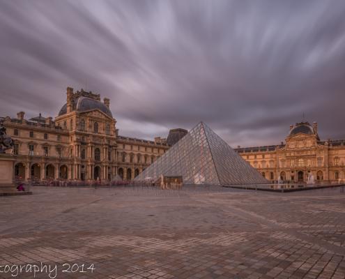 Foto's Parijs - Plein voor museum het Louvre; zwart-wit foto | Tux Photography