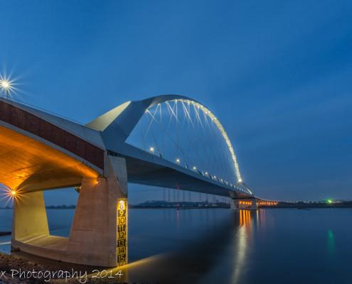 Avondfoto's - Nijmegen, de Oversteek by Night   Tux Photography