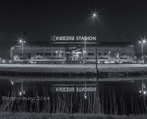 Kyocera Stadion ADO Den Haag by Night - zwart-wit foto | Tux Photography