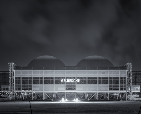 GelreDome by Night - Vitesse Arnhem - zwart-wit foto | Tux Photography
