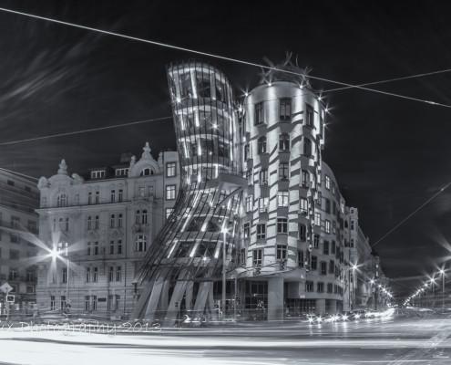 Foto's Praag - Dancing House Praag by night -| Zwart-wit foto Tux Photography