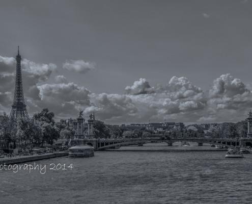 Avondfoto's - Zwart-wit foto Parijs: Eiffeltoren, brug en wolkenlucht.