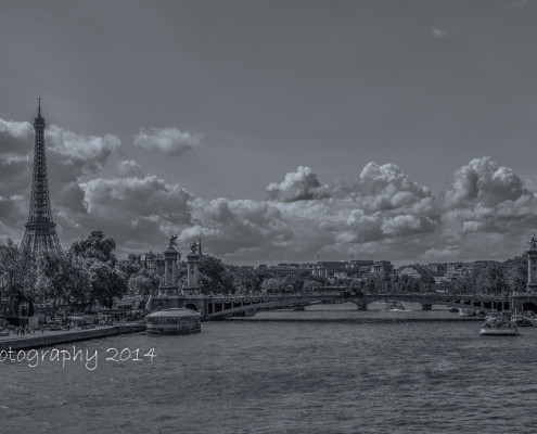 Foto's Parijs - Zwart-wit foto Parijs: Eiffeltoren, brug en wolkenlucht.