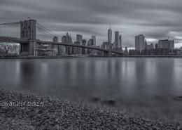 Foto's New York - Brooklyn Bridge bij zonsondergang   Zwart-wit foto Tux Photography