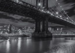 Foto's New York - Manhattan Bridge by night | Zwart-wit foto Tux Photography